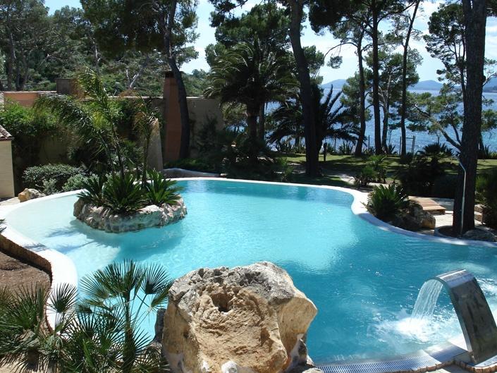 Construcción de una piscina ovalada en Formentor. Mallorca